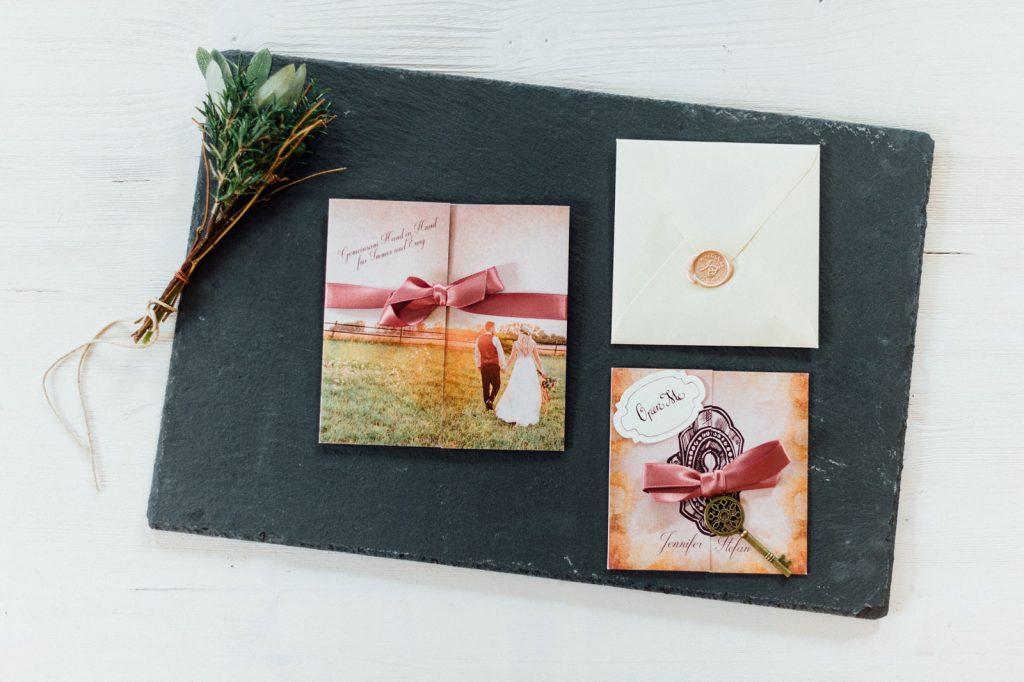 Alice im Wunderland Hochzeitseinladungen Hochzeitskarten Hochzeitspapeterie Satinband Schleife Accessoire Schlüssel Hochzeitsmotto Märchen Disney Vintage Hochzeit