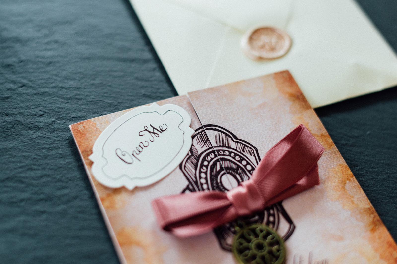 Alice Im Wunderland Hochzeitseinladungen Hochzeitskarten Hochzeitspapeterie  Satinband Schleife Accessoire Schlüssel Hochzeitsmotto Märchen Disney  Vintage ...