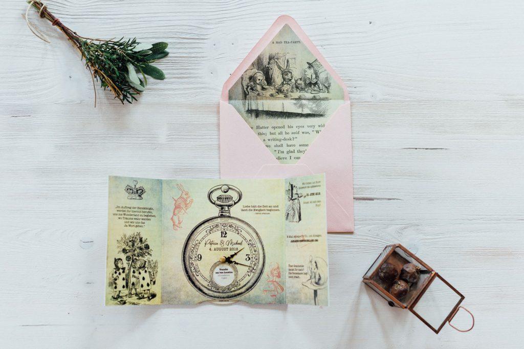 Alice im Wunderland Hochzeitseinladungen Disney Hochzeitskarten Hochzeitspapeterie Vintage Briefkuvert Pop-Up Taschenuhr