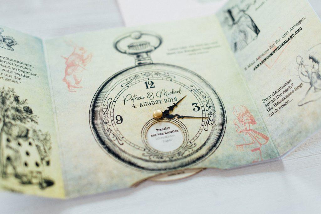 Alice im Wunderland Hochzeitseinladungen Hochzeitskarten Hochzeitspapeterie Vintage Briefkuvert Pop-Up Taschenuhr