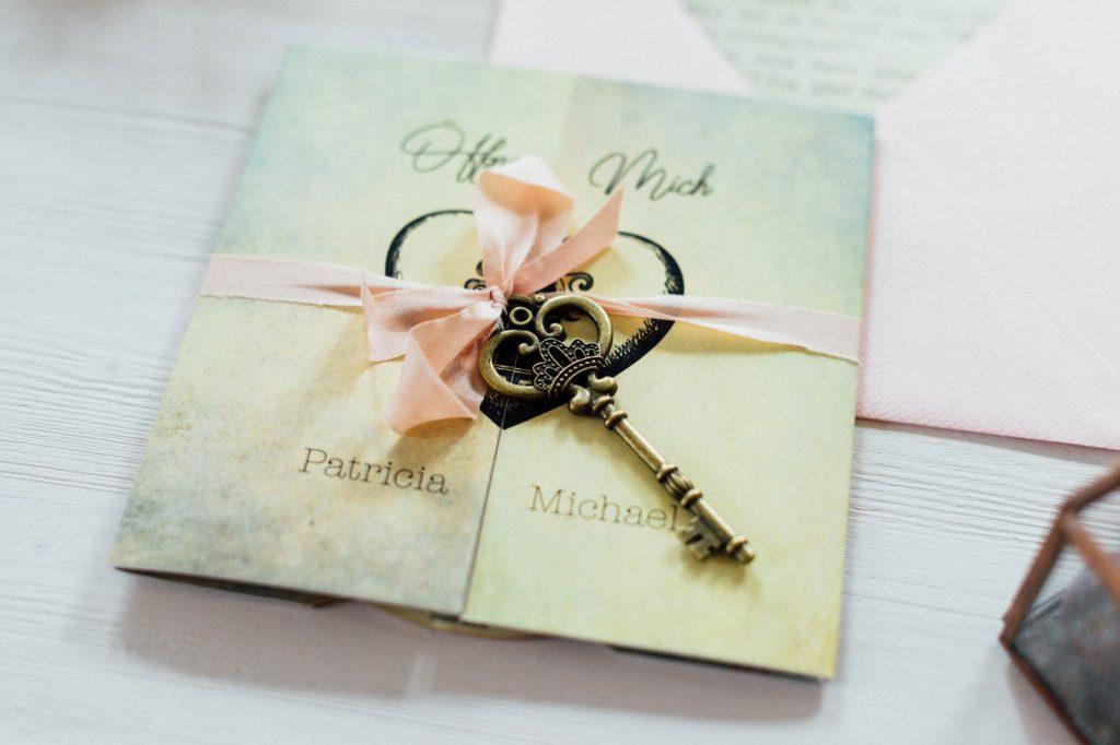 Alice im Wunderland Hochzeitseinladungen Hochzeitskarten Disney Hochzeitspapeterie Vintage Briefkuvert Seidenband Schlüssel