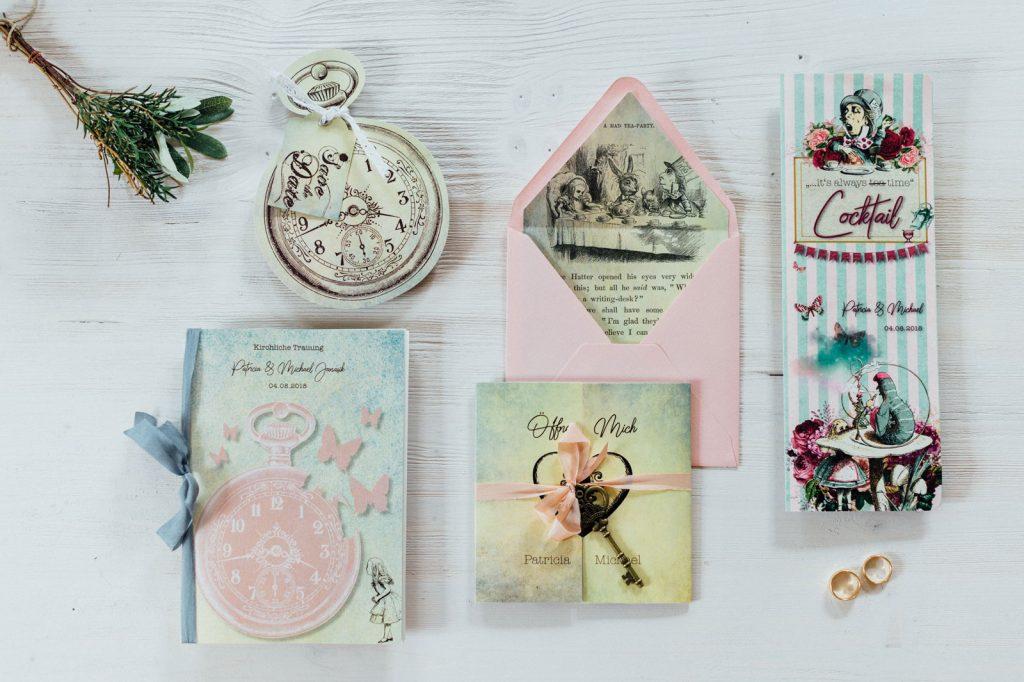 Alice im Wunderland Hochzeitskarten Hochzeitseinladungen Hochzeitspapeterie Save the Date Kirchenhefte Briefkuvert Getränkekarte Hochzeitsmotto Märchen Disney Vintage