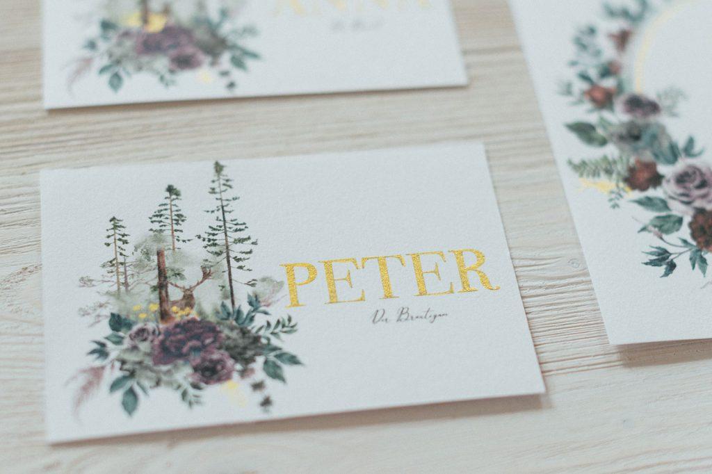 Herbst Hochzeitskarte Platzkarten Hochzeitspapeterie mit Burgund Wald Hirsch Motiv und Brautpaar Namen in goldener Schrift und Waldbäumen Hochzeitsmotto