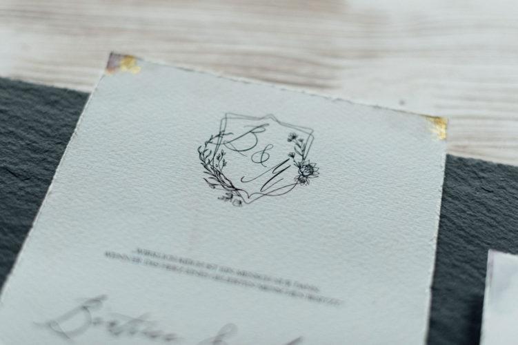 Vintage Hochzeitseinladungen Save the Date Karten Hochzeitskarten Hochzeitspapeterie Blumen Illustrationen ultraviolet gold Büttenrand Individuell Hochzeitsmotto Elegant Winter Kalligrafie