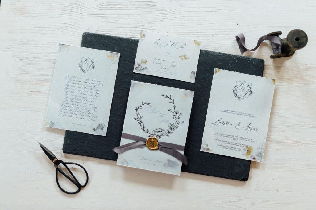 Winterhochzeit Vintage Hochzeitseinladungen Save the Date Karten Hochzeitskarten Hochzeitspapeterie Blumen Illustrationen ultraviolet gold Büttenrand Individuell Hochzeitsmotto Elegant Winter Wachs Siegel