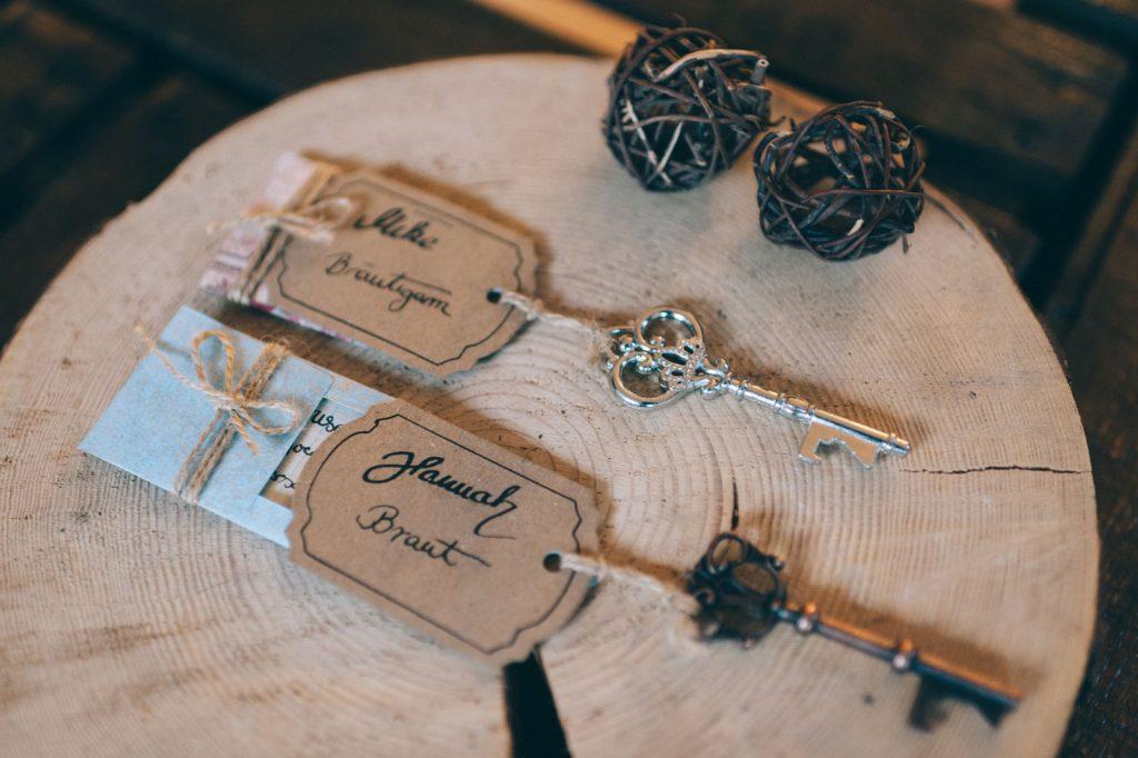 Alice im Wunderland Tischkarten Platzkarten Namenskärtchen Sitzplan Hochzeitskarten Hochzeitspapeterie Individuell Vintage Hochzeitsmotto Disney Märchen Hochzeit Schneewittchen Accessoire Schlüssel