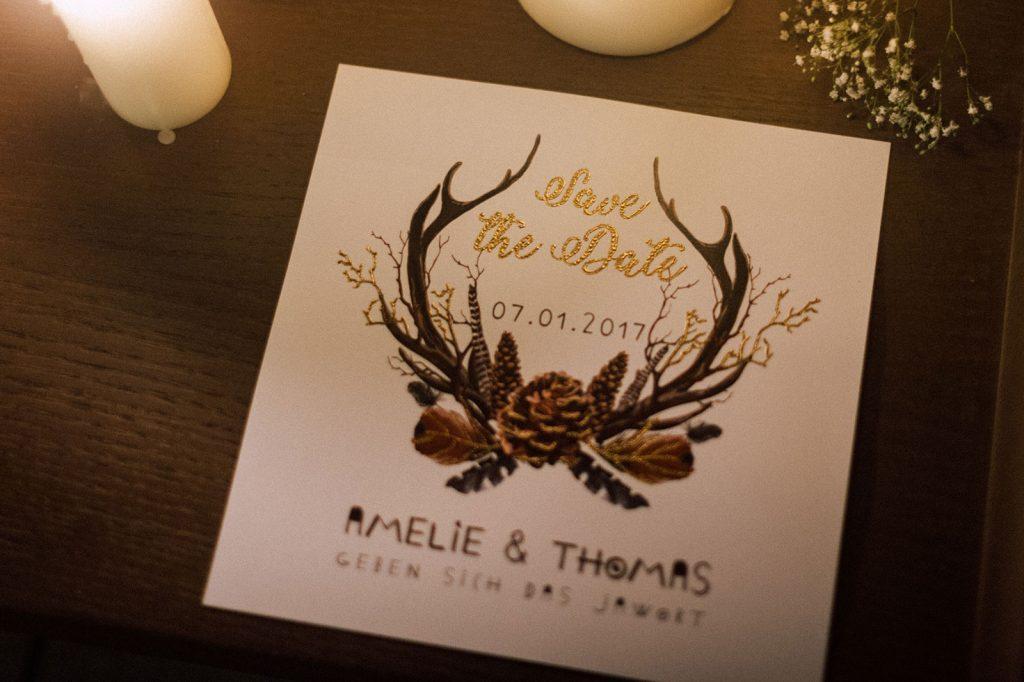 Bohemian Winter Save the Date Karten Hochzeitskarten Hochzeitspapeterie Geweih Federn Tannenzapfen Illustrationen Gold Individuell Hochzeitsmotto Boho