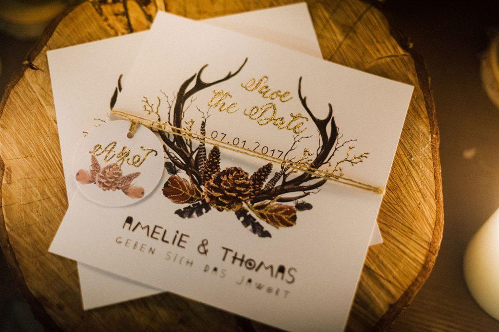 Winterhochzeit Bohemian Winter Save the Date Karten Hochzeitskarten Hochzeitspapeterie Geweih Federn Tannenzapfen Illustrationen Gold Individuell Hochzeitsmotto Boho