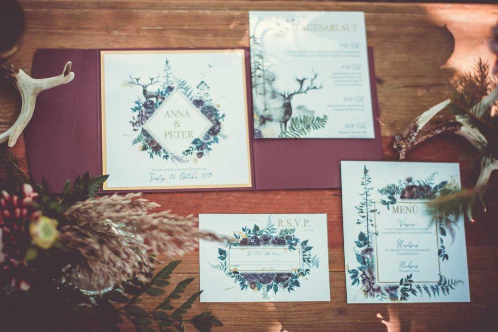 Herbst Hochzeitskarte Hochzeitseinladungen Hochzeitspapeterie mit Burgund Wald Hirsch Motiv Set mit Pocketfold Einladungskarte RSVP Antwortkarte Platzkarte Menükarte gedeckter Tisch Geweih Blumen Hochzeitsmotto