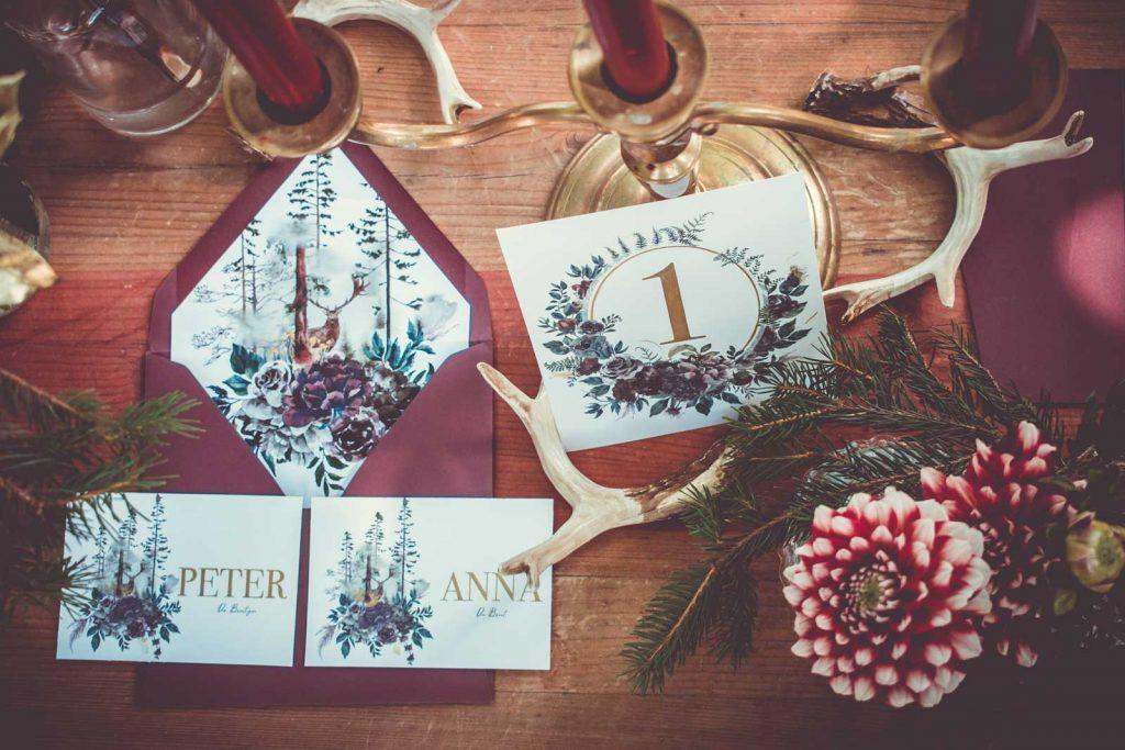 Herbst Tischkarten Hochzeitskarte Hochzeitseinladungen Hochzeitspapeterie mit Burgund Wald Hirsch Motiv Set mit Pocketfold Einladungskarte RSVP Antwortkarte Platzkarte Menükarte gedeckter Tisch Geweih Hochzeitsmotto