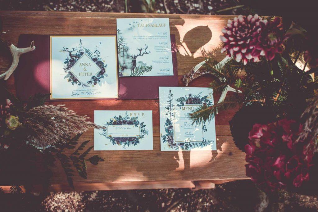 Herbst Tischkarten Hochzeitskarte Hochzeitseinladungen Hochzeitspapeterie mit Burgund Wald Hirsch Motiv Set mit Pocketfold Einladungskarte RSVP Antwortkarte Platzkarte Menükarte gedeckter Tisch Hochzeitsmotto