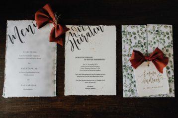 Winterhochzeit Hochzeitseinladung Hochzeitskarten Greenery Eukalyptus Eucalyptus Weihnachten Letterpress transparentes Papier Büttenpapier Aquarell Kirchenheft Menükarten Platzkarten Tischkarten Gold Rot Tischdekoration Hochzeit Seidenband Gold