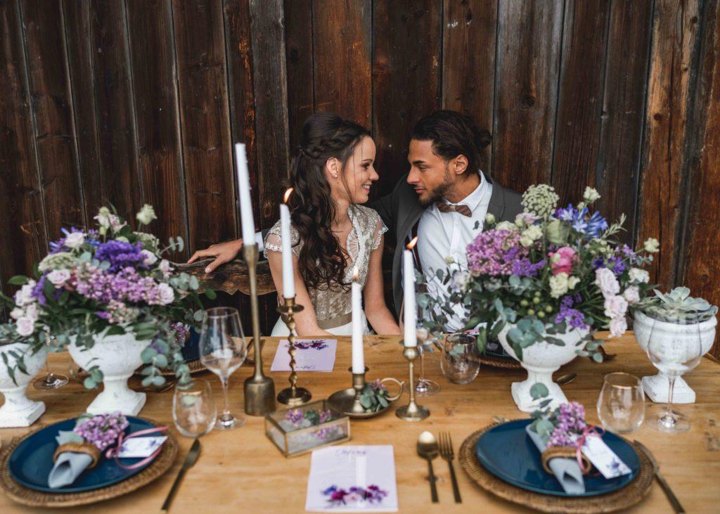 Brautpaar Brautstrauß Winterhochzeit Tischdekoration Hochzeitskarten Blumen Lila Violett Burgund Hochzeit Rustikal