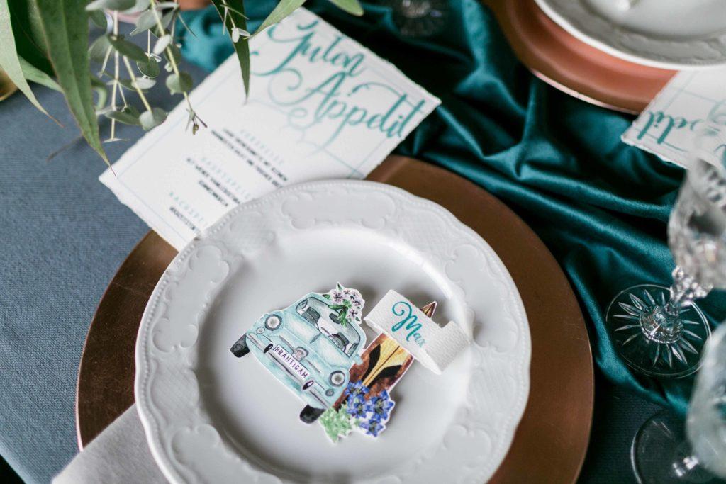 Heiraten im Ausland Destination Wedding Fiat 500 Italien Hochzeitskarten Aquarell Hochzeitseinladung hellblau Surfbrett Bayern Italien Menükarte Platzkarte Tischplan Tischkarten Save the Date Enzian Hochzeit