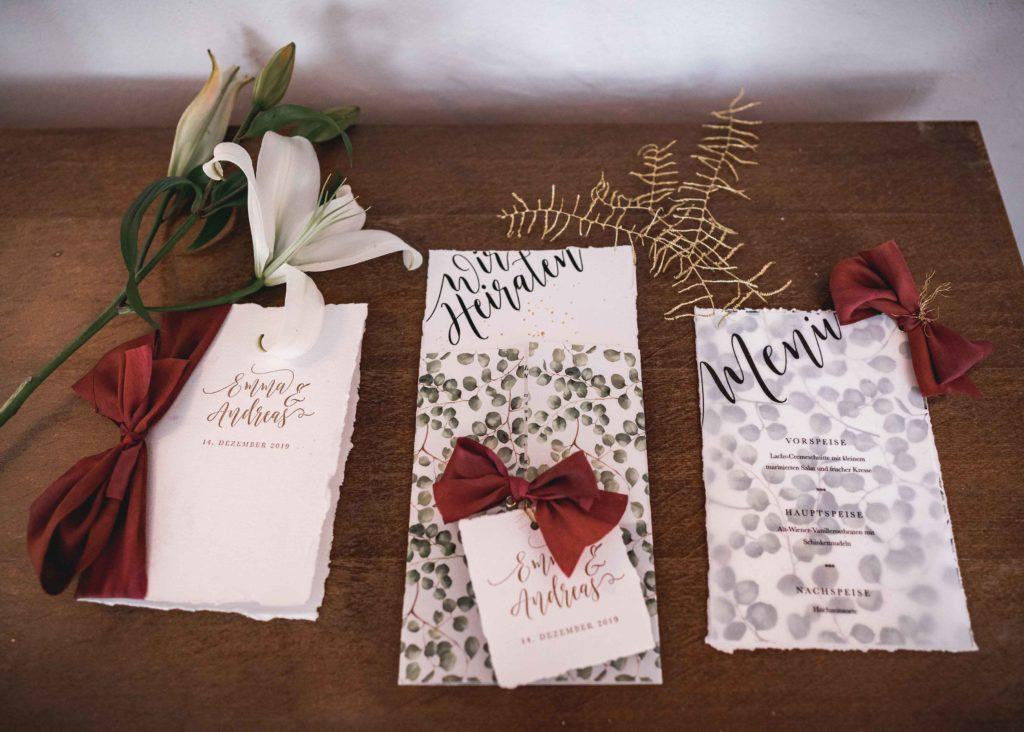 Winterhochzeit Hochzeitskarten Einladung Greenery Eukalyptus Eucalyptus Weihnachten Menükarten Platzkarten Tischkarten Gold Rot Tischdekoration Hochzeit Hochzeitseinladung Seidenband