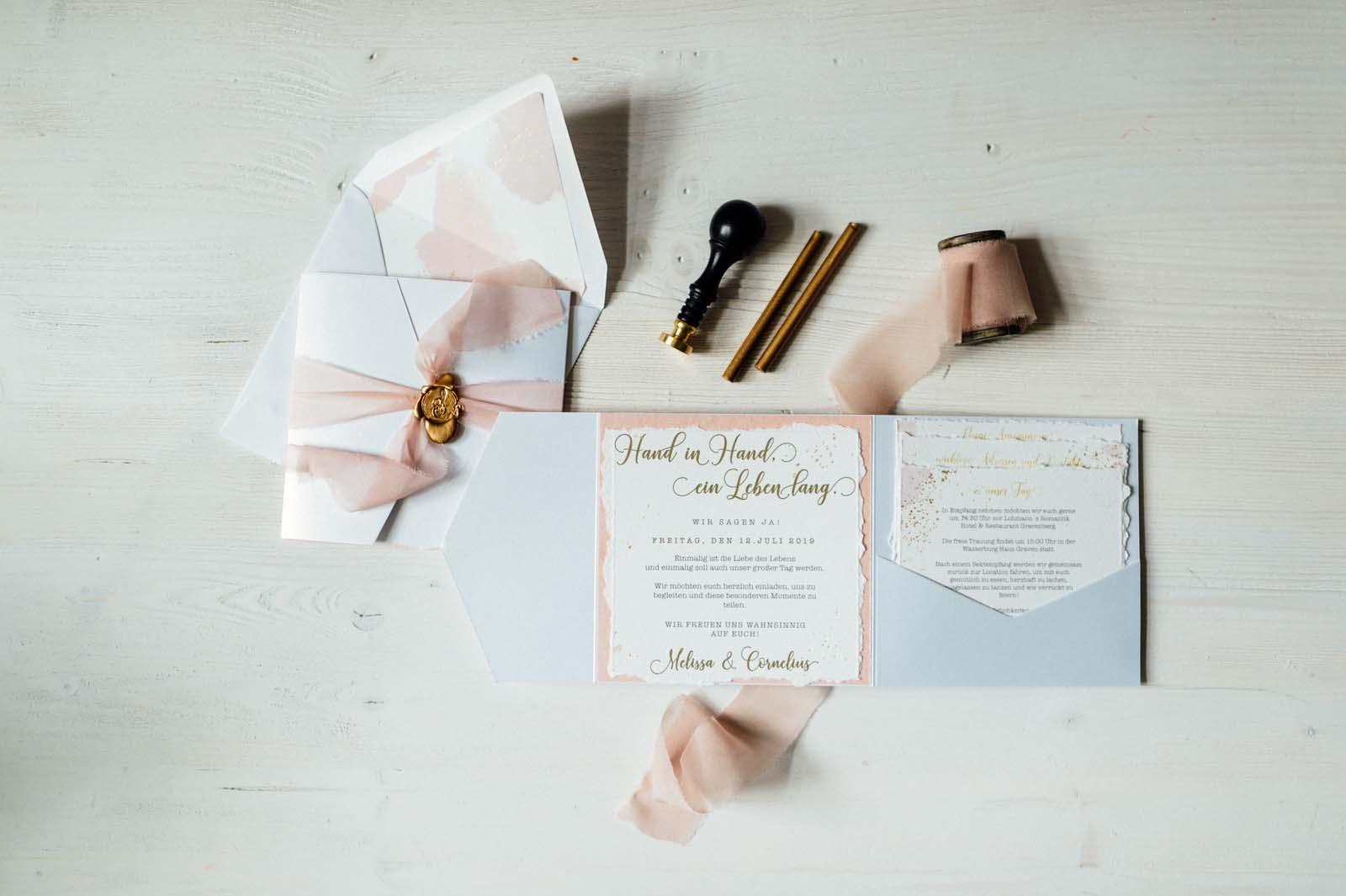 Rosa Hochzeitseinladung Heißfolienprägung Gold Wachssiegel Seidenband Goldverzierung Goldveredelung Goldfolienprägung Hochzeitskarten Hochzeitspapeterie Einladungskarte Karte Einladung