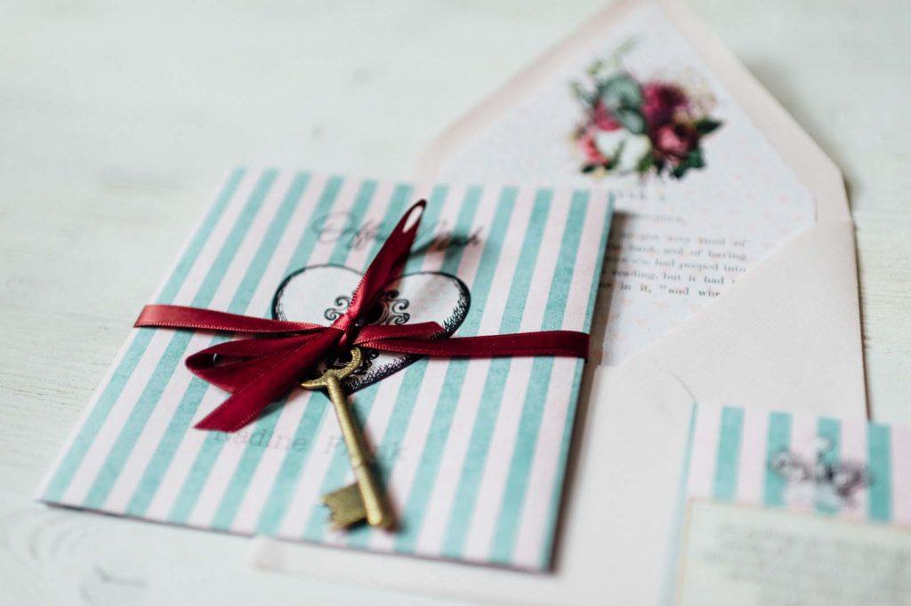 Alice im Wunderland Disney Vintage Hochzeitseinladungen Hochzeitspapeterie Hochzeitskarten Farbe Schlüssel Schleife Kuvert