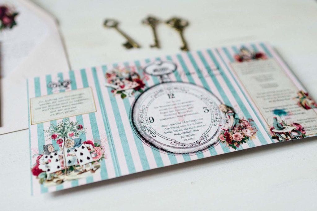 Alice im Wunderland Disney Vintage Hochzeitseinladungen Hochzeitspapeterie Hochzeitskarten Farbe Taschenuhr Schlüssel Schleife