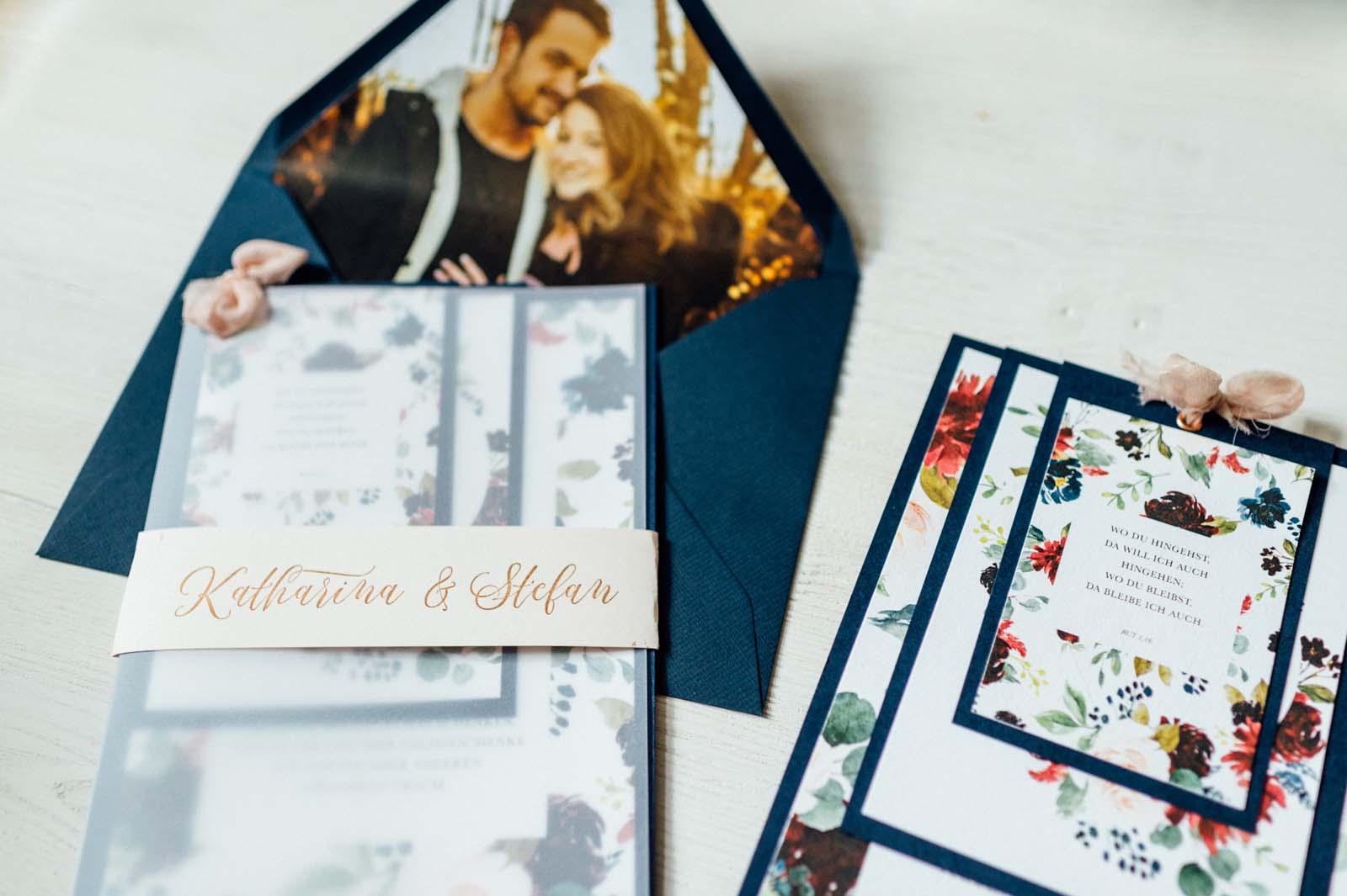 Blumen Floral Aquarell Frühling Sommer Wiesenblumen Hochzeitseinladungen Hochzeitskarten Hochzeitspapeterie Handgemalt Fächer Seidenband Kalligrafie Kuvert Einleger mit Foto von Brautpaar