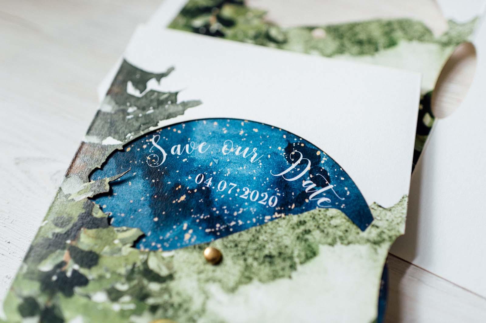 Drehscheibe Naturhochzeit Aquarell Wald Nacht Sternenhimmel Grün Blau Natur Bäume Zweige Greenery Hochzeitseinladung Hochzeitskarten Hochzeitspapeterie Besonders Siegel