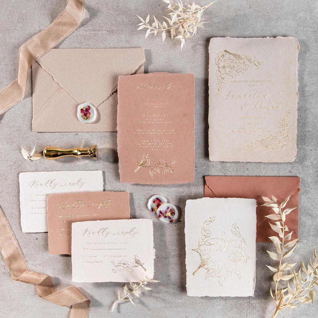 Individuelle Hochzeitspapeterie Hochzeitseinladungen Hannah Antenna Büttenpapier Gerissener Rand Letterpress Gold Vogel