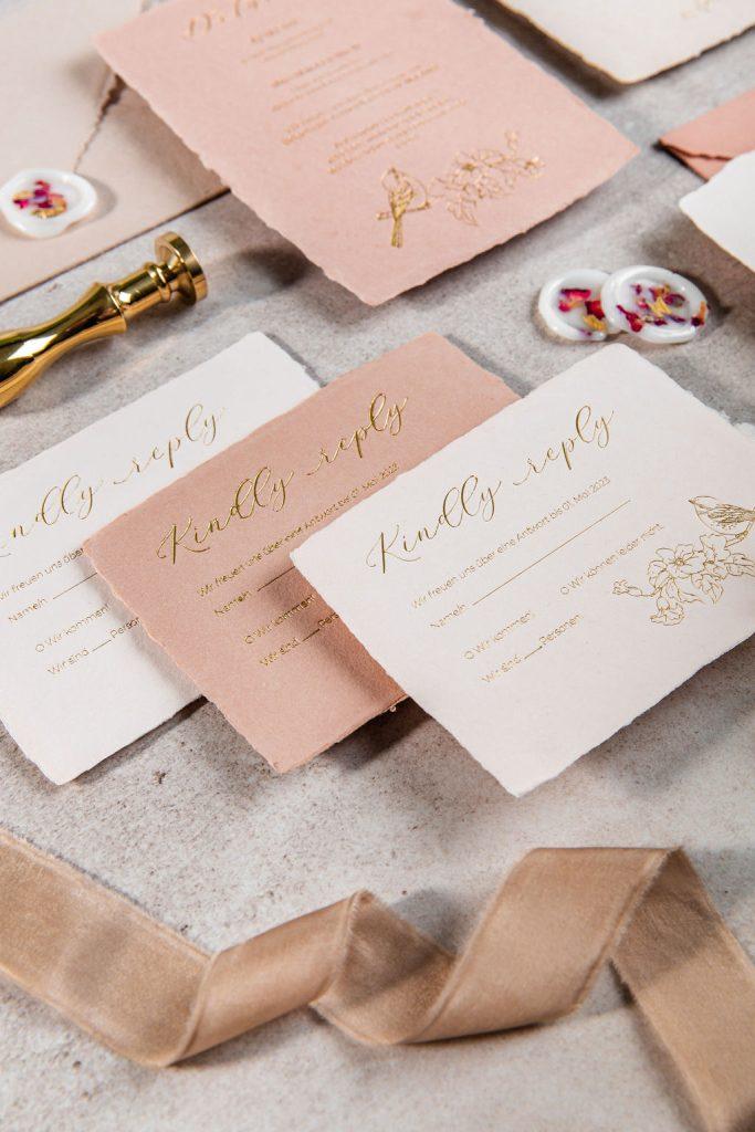 Individuelle Hochzeitspapeterie Hochzeitseinladungen Hannah Antenna Letterpress Gold Vogel